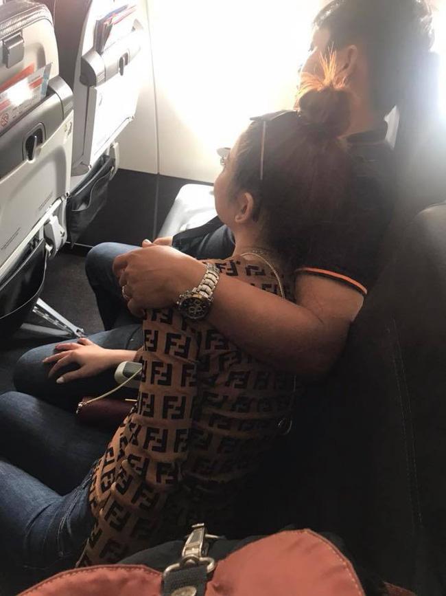 Đi máy bay vô tình phát hiện vụ ngoại tình chỉ bằng 1 câu nói, nữ hành khách chia sẻ để mẹ nào nhận ra chồng thì đem về ngay-2