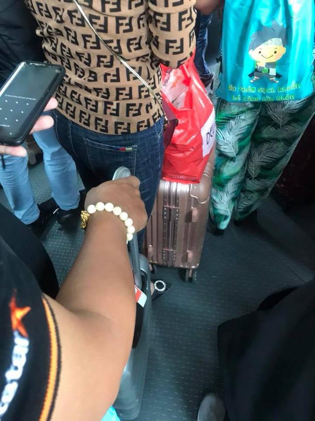 Đi máy bay vô tình phát hiện vụ ngoại tình chỉ bằng 1 câu nói, nữ hành khách chia sẻ để mẹ nào nhận ra chồng thì đem về ngay-4