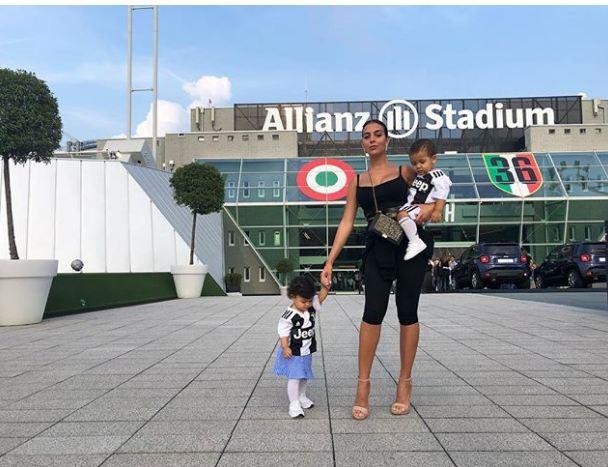 Georgina bồng bế hai con nhỏ đến sân, chứng kiến Ronaldo lập kỷ lục mới-1