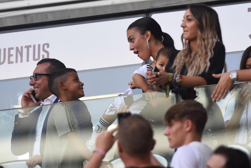 Georgina bồng bế hai con nhỏ đến sân, chứng kiến Ronaldo lập kỷ lục mới-3