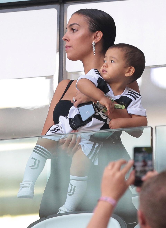 Georgina bồng bế hai con nhỏ đến sân, chứng kiến Ronaldo lập kỷ lục mới-2