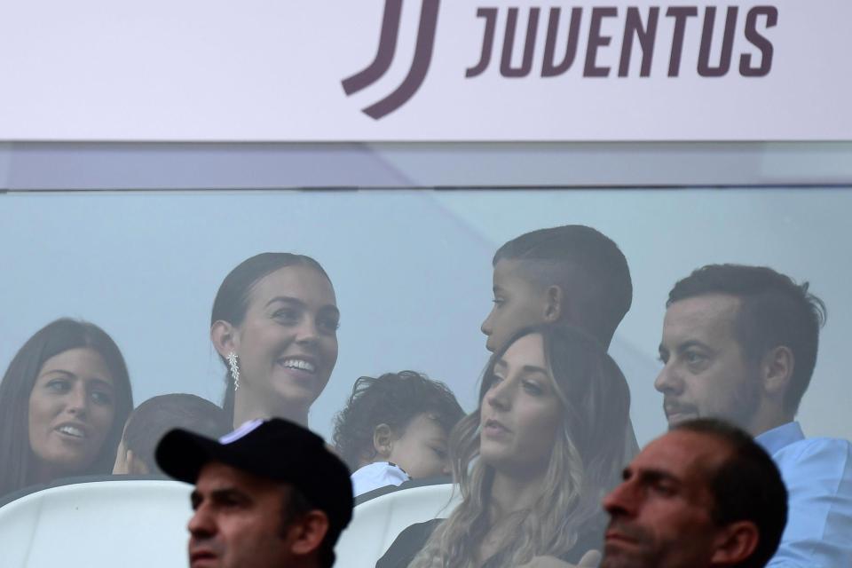 Georgina bồng bế hai con nhỏ đến sân, chứng kiến Ronaldo lập kỷ lục mới-4