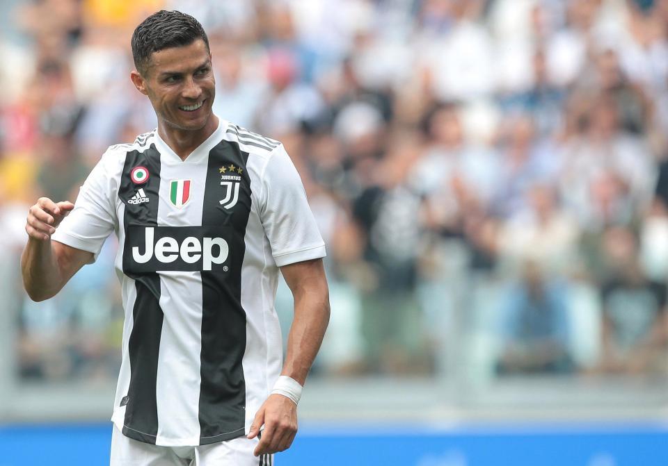 Georgina bồng bế hai con nhỏ đến sân, chứng kiến Ronaldo lập kỷ lục mới-5