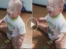 Tan chảy với tiếng cười 'sảng khoái' của cậu bé 'bụ bẫm' khi bị anh trai trêu chọc