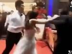 Cô dâu đeo vòng vàng nặng trĩu cổ, phải dùng hai tay đỡ mới chịu được-7