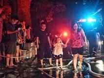 Bệnh nhân, tiểu thương thất thần trước vụ cháy dữ dội gần Bệnh viện Nhi Trung ương