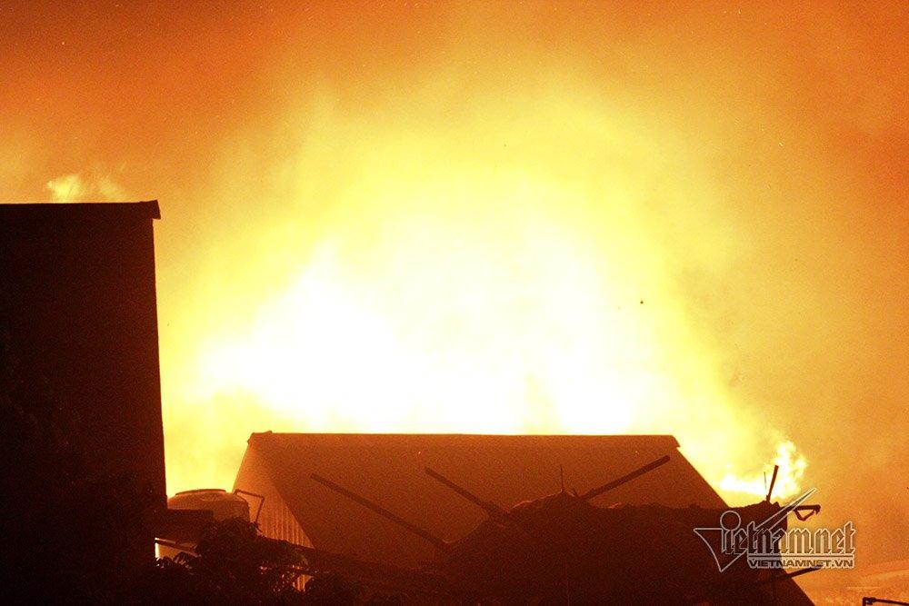 Biển lửa thiêu rụi nhà trọ ông Hiệp khùng, 70 người thành vô gia cư-1