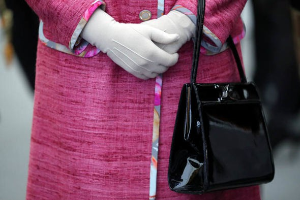 Không chỉ là phụ kiện đi kèm, chiếc túi xách màu đen luôn được Nữ hoàng Anh đem theo bên mình còn chứa đựng bí mật đặc biệt-2