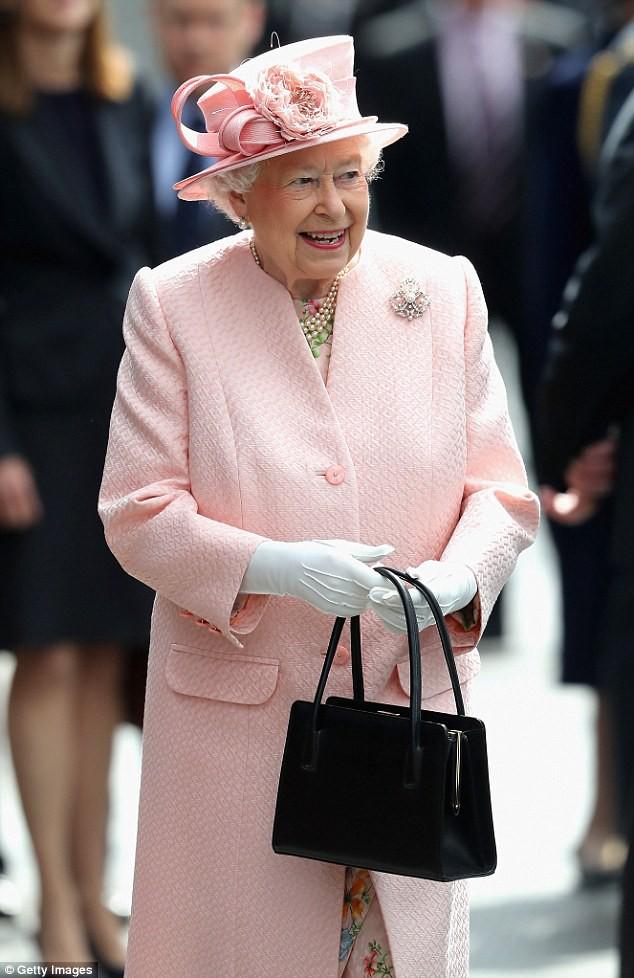 Không chỉ là phụ kiện đi kèm, chiếc túi xách màu đen luôn được Nữ hoàng Anh đem theo bên mình còn chứa đựng bí mật đặc biệt-3