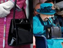 Không chỉ là phụ kiện đi kèm, chiếc túi xách màu đen luôn được Nữ hoàng Anh đem theo bên mình còn chứa đựng bí mật đặc biệt