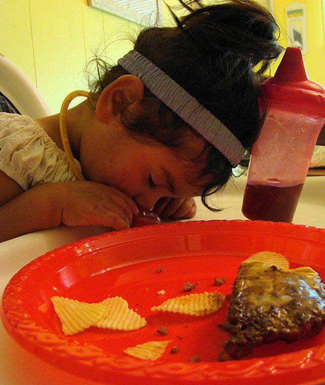 Trời đánh tránh bữa ăn, thế mà cơn buồn ngủ lại ập tới-2