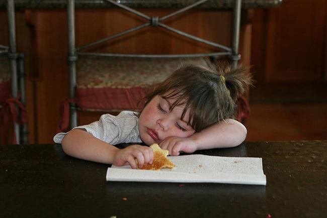 Trời đánh tránh bữa ăn, thế mà cơn buồn ngủ lại ập tới-4