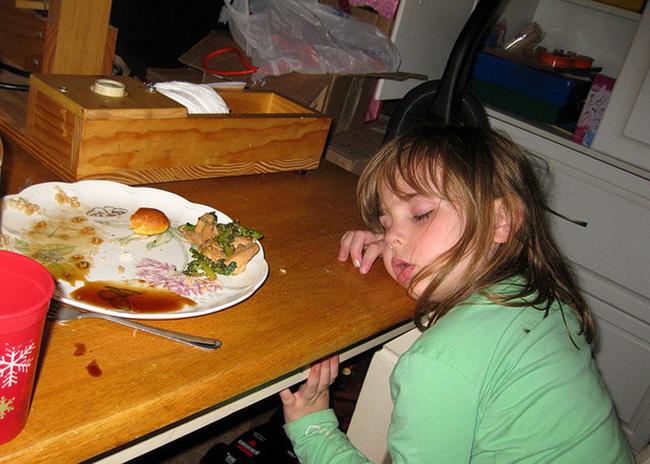 Trời đánh tránh bữa ăn, thế mà cơn buồn ngủ lại ập tới-8