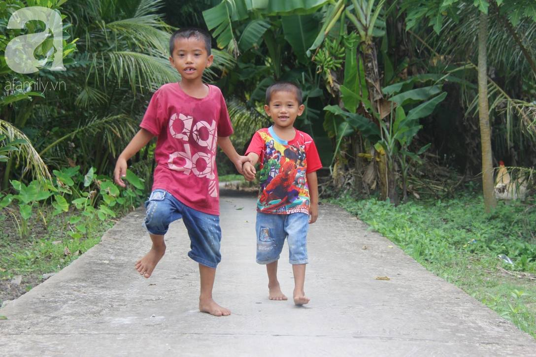 Mẹ bỏ đi lấy chồng, hai đứa trẻ 4 và 7 tuổi không được đi học, phải vào viện chăm cha bệnh tật-12