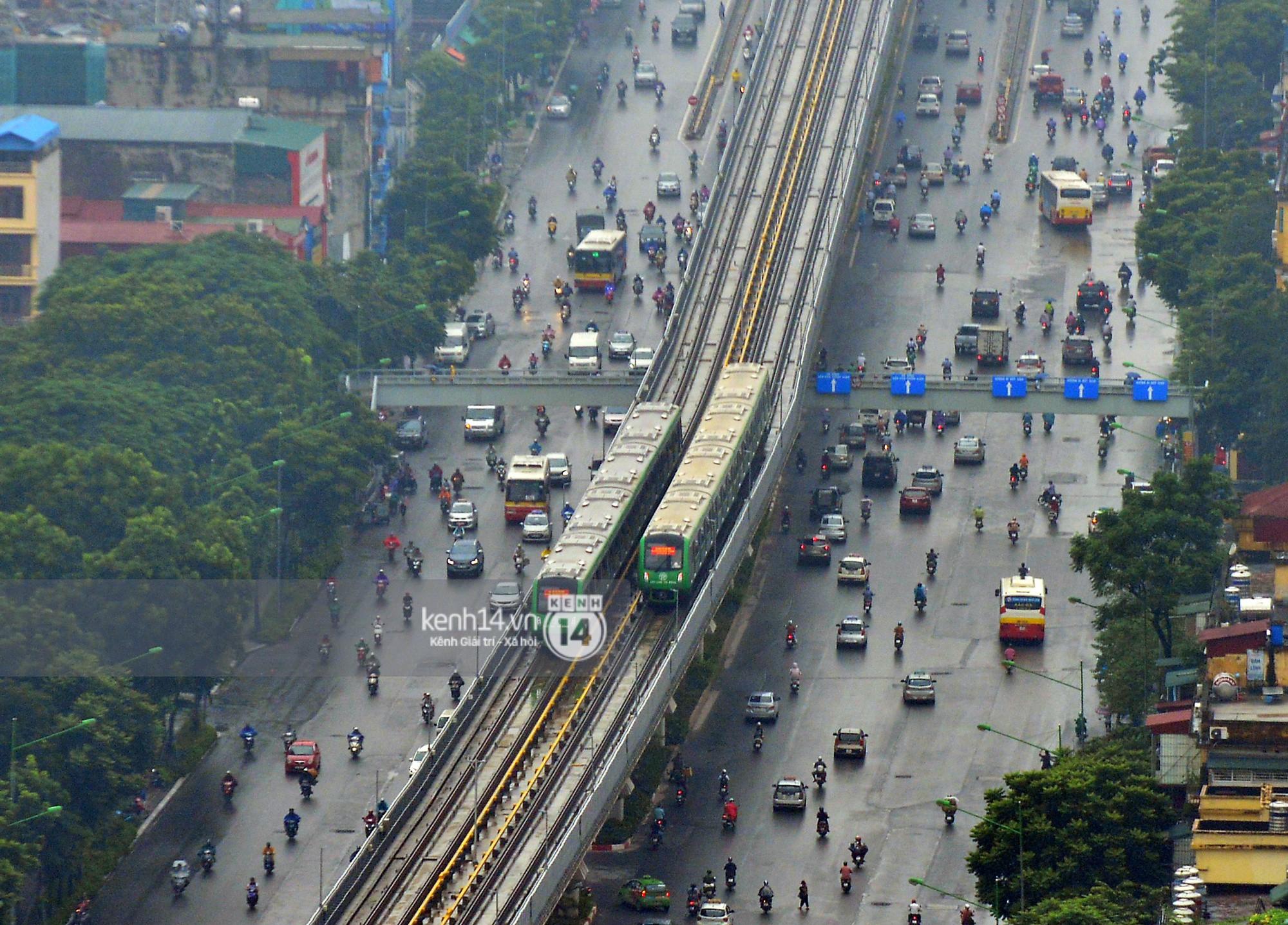 4 đoàn tàu đường sắt trên cao bất ngờ di chuyển trong mưa trước ngày chạy thử-5