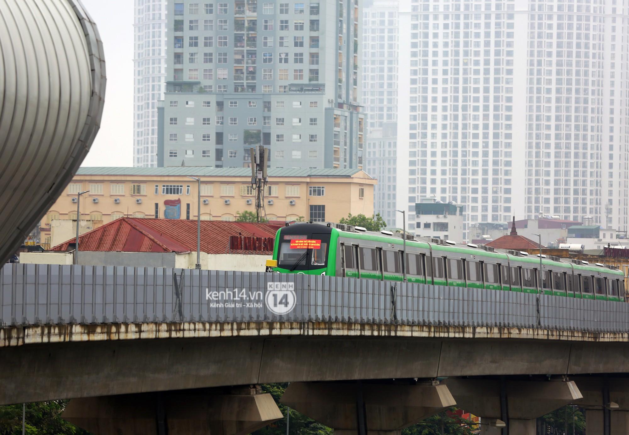 4 đoàn tàu đường sắt trên cao bất ngờ di chuyển trong mưa trước ngày chạy thử-11