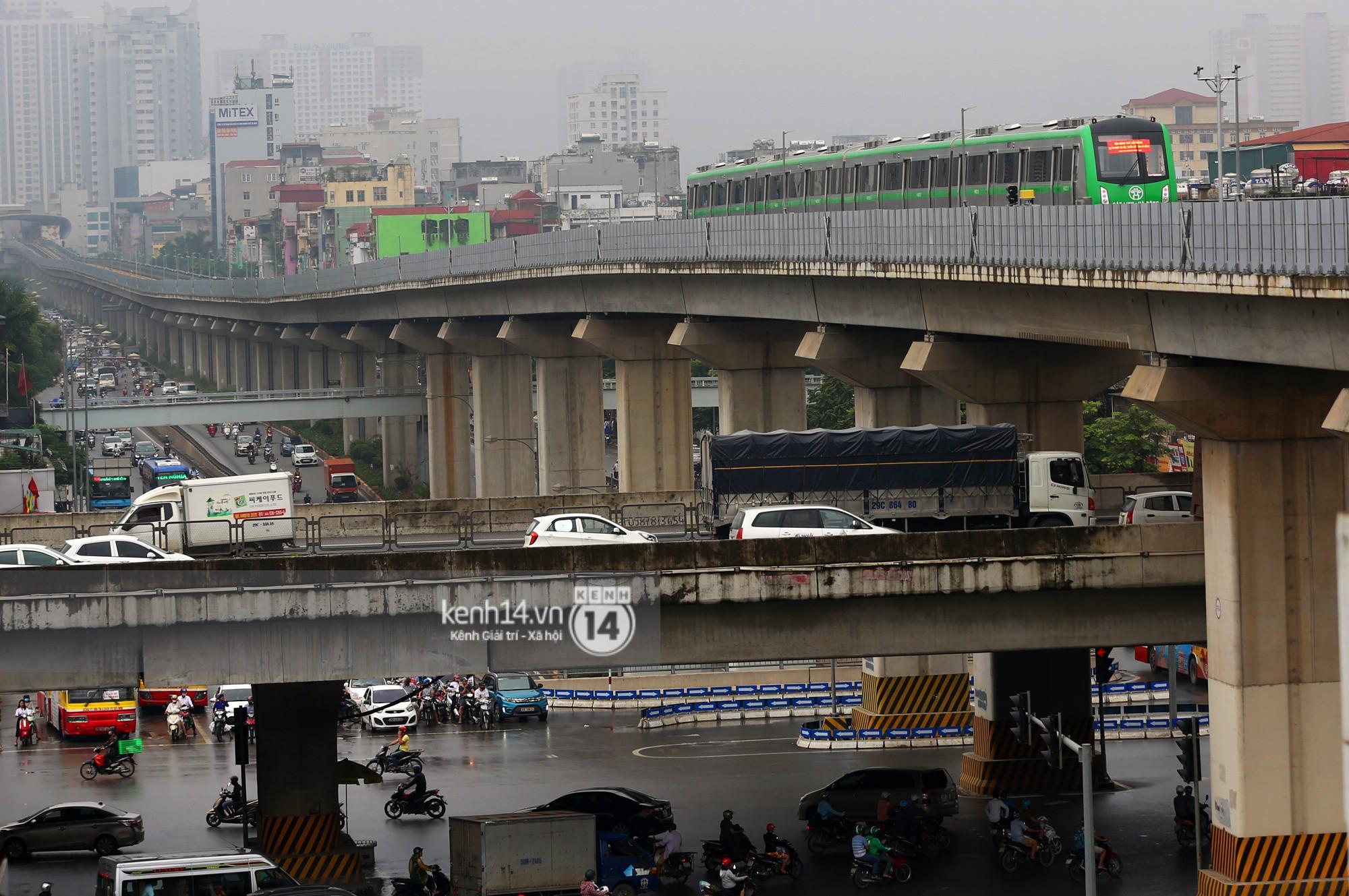 4 đoàn tàu đường sắt trên cao bất ngờ di chuyển trong mưa trước ngày chạy thử-13