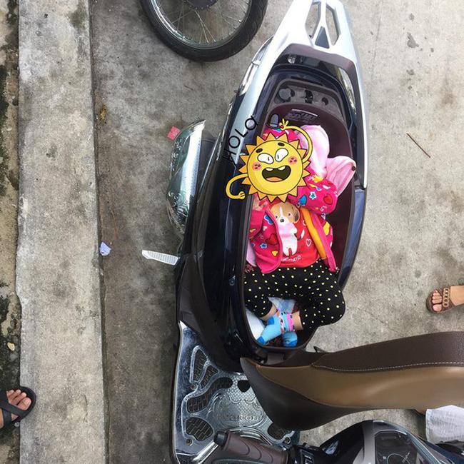 Hình ảnh chị gái đặt con nhỏ vào cốp xe máy để thay tã bên lề đường khiến dân mạng thi nhau đồn đoán đủ điều-1