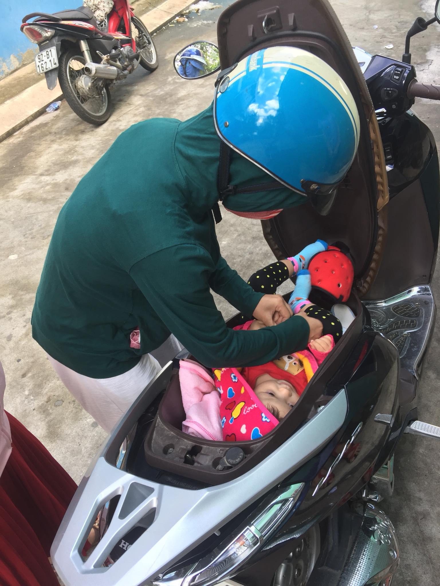 Hình ảnh chị gái đặt con nhỏ vào cốp xe máy để thay tã bên lề đường khiến dân mạng thi nhau đồn đoán đủ điều-2