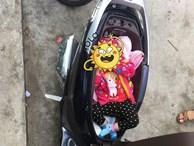 Hình ảnh 'chị gái đặt con nhỏ vào cốp xe máy để thay tã bên lề đường' khiến dân mạng thi nhau đồn đoán đủ điều