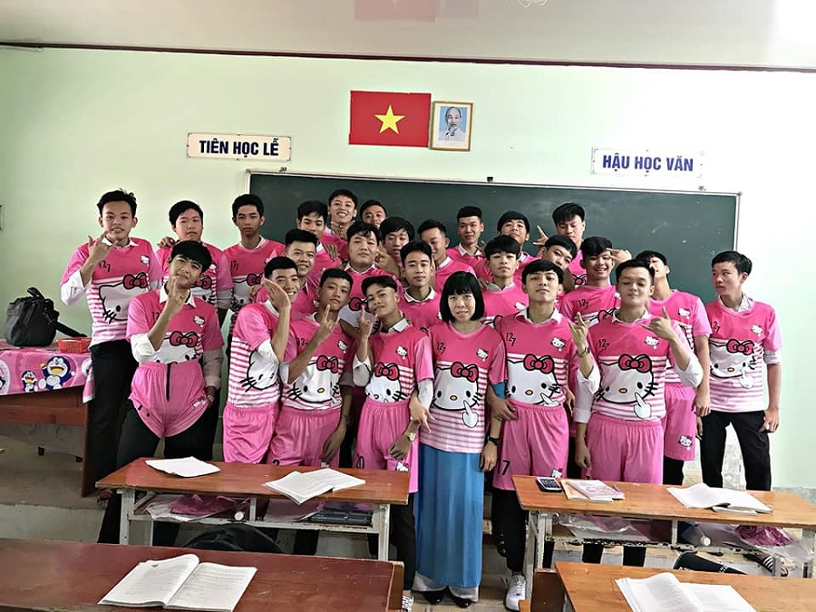 'Chơi lầy' cuối cấp, teen Vĩnh Long chọn luôn áo lớp màu hồng Hello Kitty-1