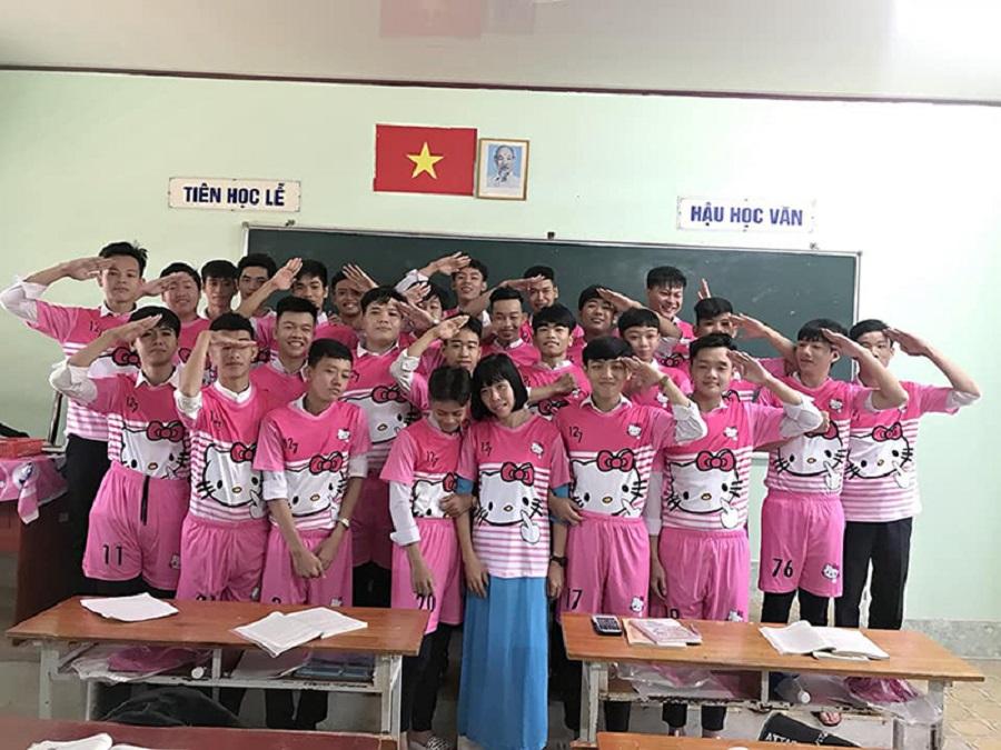 'Chơi lầy' cuối cấp, teen Vĩnh Long chọn luôn áo lớp màu hồng Hello Kitty-2