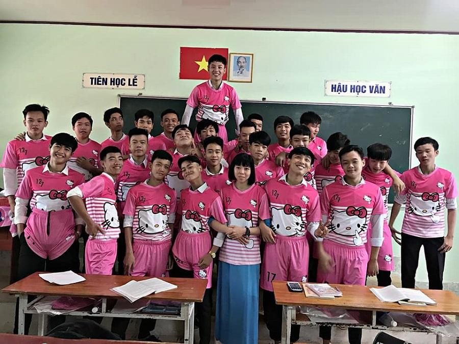'Chơi lầy' cuối cấp, teen Vĩnh Long chọn luôn áo lớp màu hồng Hello Kitty-3