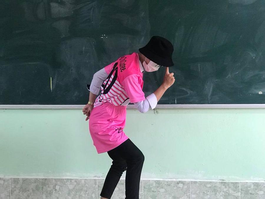 'Chơi lầy' cuối cấp, teen Vĩnh Long chọn luôn áo lớp màu hồng Hello Kitty-6