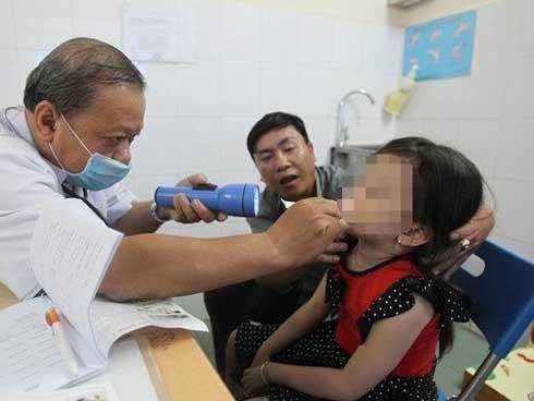 Gắp ốc vít hoen gỉ trong mũi bé trai 3 tuổi-1