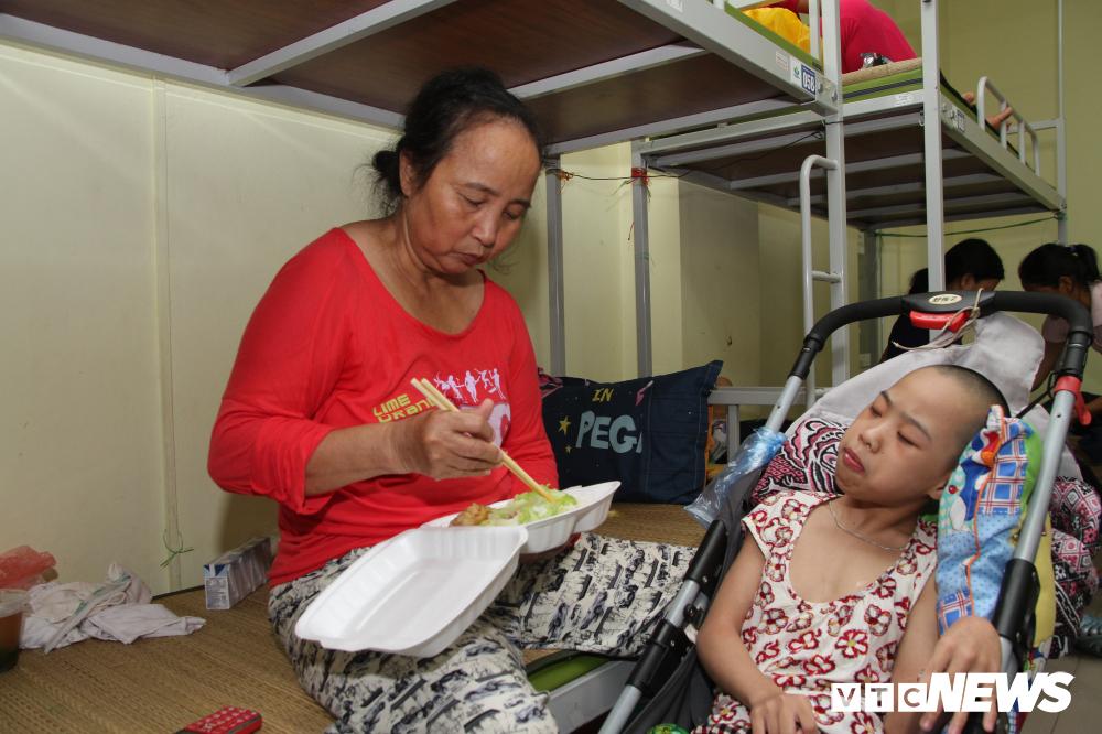 Bị nói ăn chặn tiền từ thiện của nạn nhân vụ cháy gần BV Nhi, chủ khu trọ giá rẻ Hiệp khùng nói gì?-2
