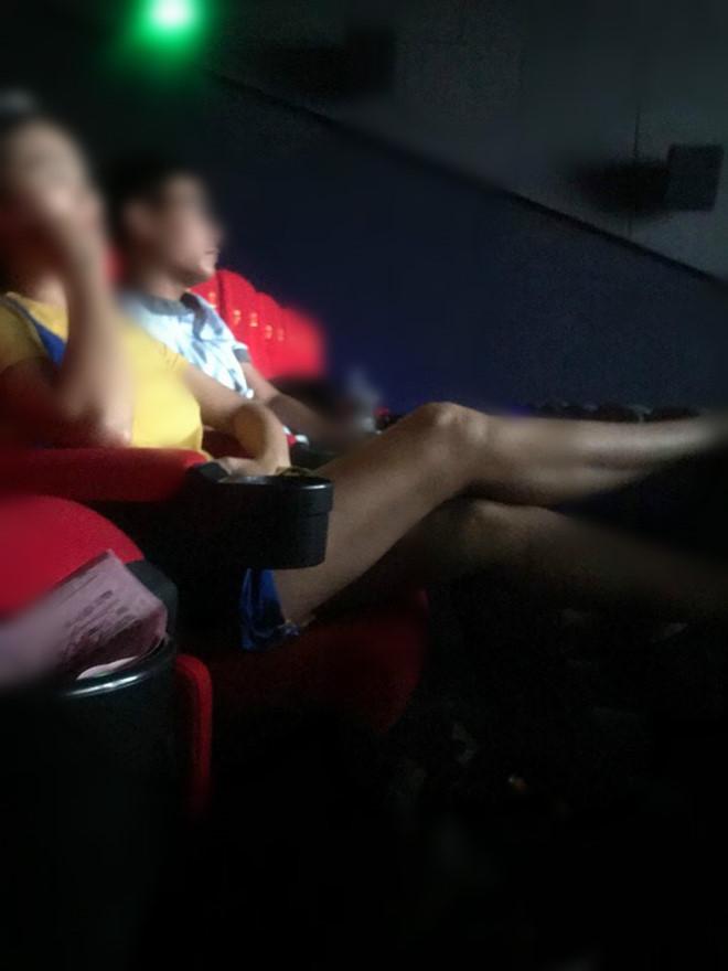 Hai cô gái chửi bới khi bị nhắc chiếm chỗ, gác chân lên ghế ở rạp phim-2