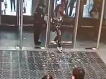 Mải chơi điện thoại, thiếu nữ Nga húc thủng cả cửa kính ở ga tàu điện rồi mắc kẹt tại chỗ