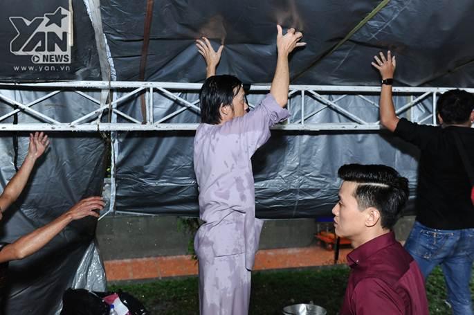 Xúc động khoảnh khắc Hoài Linh đội mưa giữ mái che để khán giả trú mưa ở nhà thờ Tổ-1
