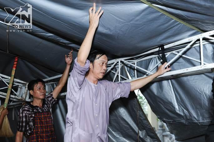 Xúc động khoảnh khắc Hoài Linh đội mưa giữ mái che để khán giả trú mưa ở nhà thờ Tổ-10