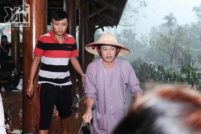 Xúc động khoảnh khắc Hoài Linh đội mưa giữ mái che để khán giả trú mưa ở nhà thờ Tổ-2