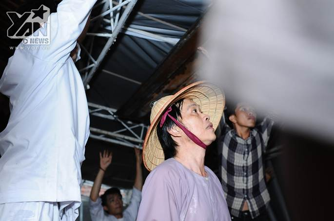 Xúc động khoảnh khắc Hoài Linh đội mưa giữ mái che để khán giả trú mưa ở nhà thờ Tổ-3