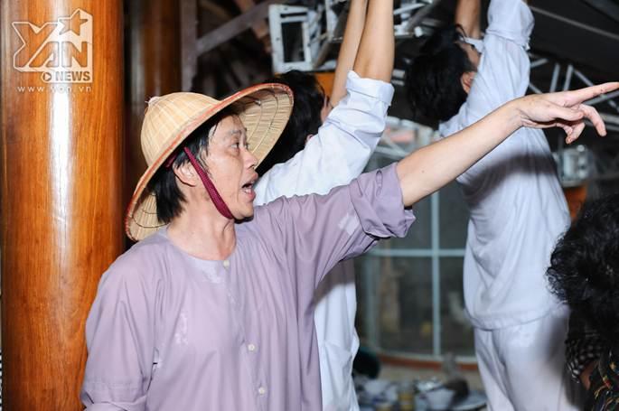 Xúc động khoảnh khắc Hoài Linh đội mưa giữ mái che để khán giả trú mưa ở nhà thờ Tổ-5