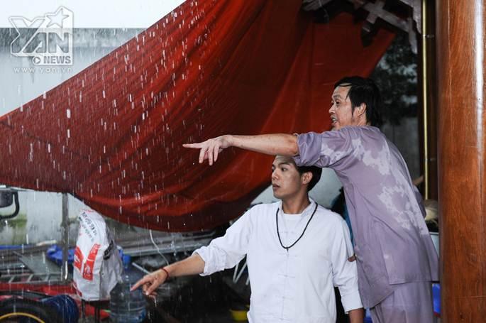 Xúc động khoảnh khắc Hoài Linh đội mưa giữ mái che để khán giả trú mưa ở nhà thờ Tổ-7