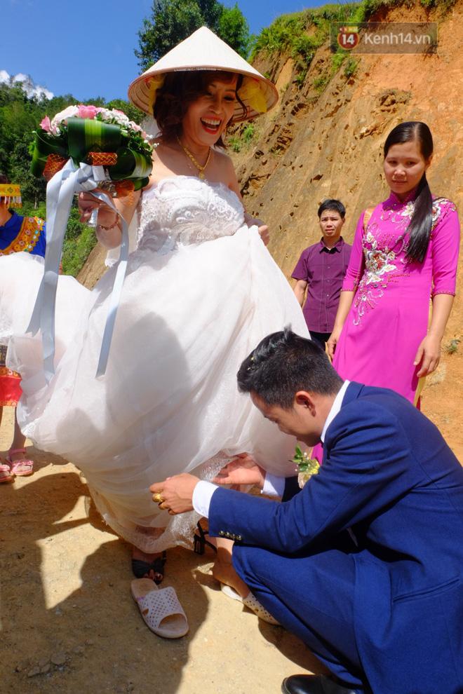 Cô dâu 62 tuổi mặc váy cưới, vượt 3 con suối về nhà chồng trong sự chào đón của mọi người-2