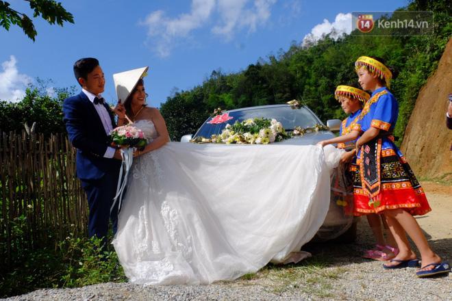Cô dâu 62 tuổi mặc váy cưới, vượt 3 con suối về nhà chồng trong sự chào đón của mọi người-3