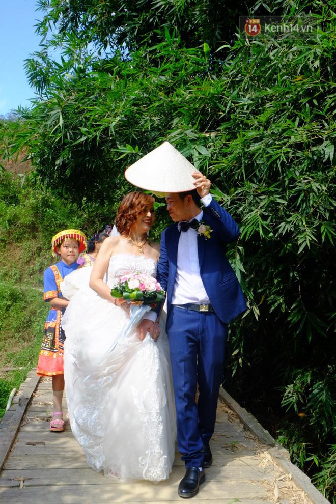 Cô dâu 62 tuổi mặc váy cưới, vượt 3 con suối về nhà chồng trong sự chào đón của mọi người-6