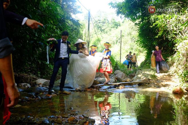 Cô dâu 62 tuổi mặc váy cưới, vượt 3 con suối về nhà chồng trong sự chào đón của mọi người-4
