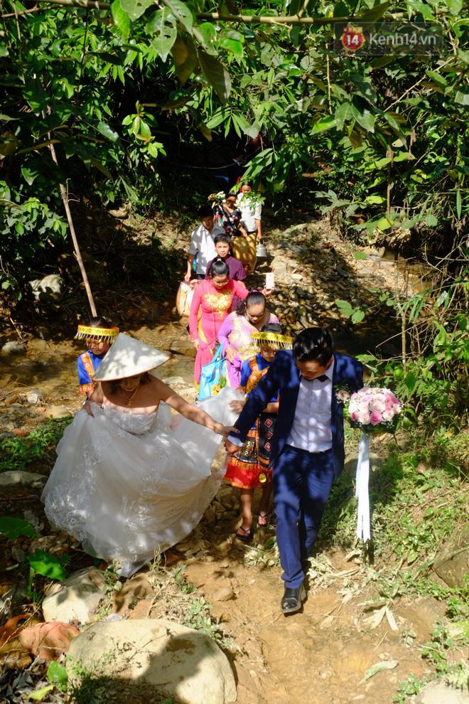 Cô dâu 62 tuổi mặc váy cưới, vượt 3 con suối về nhà chồng trong sự chào đón của mọi người-5