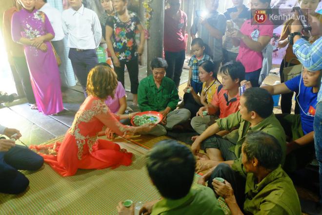 Cô dâu 62 tuổi mặc váy cưới, vượt 3 con suối về nhà chồng trong sự chào đón của mọi người-8
