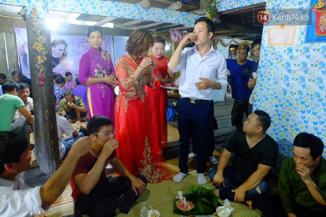 Cô dâu 62 tuổi mặc váy cưới, vượt 3 con suối về nhà chồng trong sự chào đón của mọi người-7
