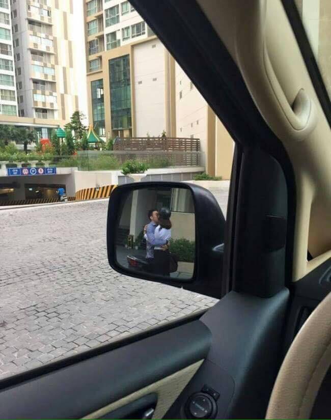 Đang cần lùi xe gấp lại gặp cặp đôi hôn nhau thắm thiết chắn đường, tài xế hỏi: Theo các mẹ nên bấm còi hay không?-1