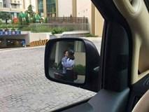 """Đang cần lùi xe gấp lại gặp cặp đôi hôn nhau thắm thiết chắn đường, tài xế hỏi: """"Theo các mẹ nên bấm còi hay không?"""""""