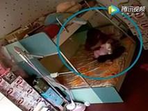 Lương 12 triệu đồng/ tháng, bảo mẫu vẫn đánh đập, dùng chăn bịt đầu bé 7 tháng