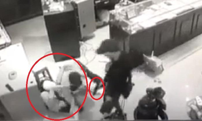 Clip: Chủ tiệm vàng Trường Ký chống trả những tên cướp mang hung khí-1