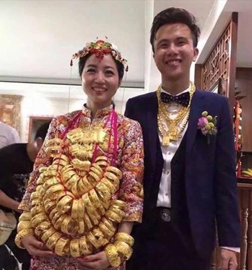 Cô dâu đeo vòng vàng nặng trĩu cổ, phải dùng hai tay đỡ mới chịu được-1